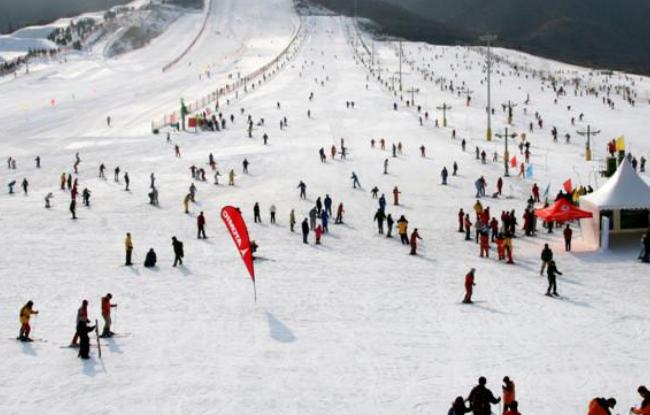 滑雪场建设时里面的雪怎么出来?